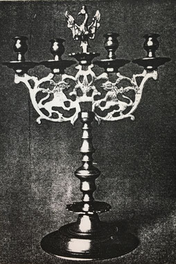 Fig. 15. -Candelabro barroco. Escuela flamenca. Siglo XVIII. (Museo Santa Ana. Lübeck)