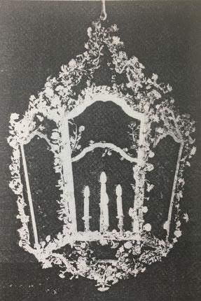 Fig. 2.- Farol policromado, con adornos de porcelana. Año 1750.