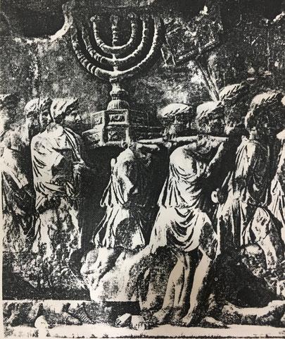 Fig. 1.- Relieve del Arco Triunfal de Tito en ROma. Los soldados son portadores de la Menorah. (Foto de Lichter Leuchanten im Abendlan, de Kurt Jarmunth.)