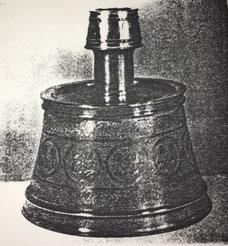 Fig. 5. Candelero repujado, Siglo XIV. Realizado en un taller de Mossul o de Damasco. (University Museum. Florida.)
