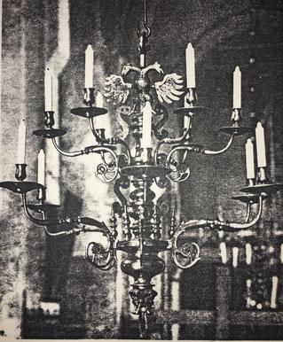 Fig. 5.- Lámpara Renacimiento. Posiblemente de la escuela alemana. (Catedral de Lübeck.) Siglo XVI. Modelo muy corriente en la España del Renacimiento.