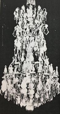 Fig. 11.- Lámpara de bronce y cristal. Apareció a finales del reinado de Luis XIV.