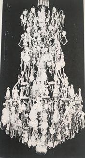 Fig. 3. -Lámpara de bronce y cristal. Apareció a finales del reinado de Luis XIV