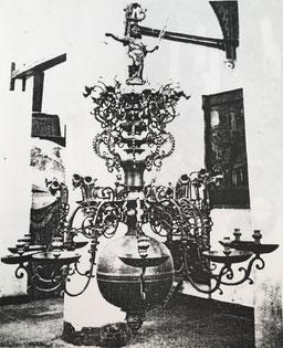 Fig. 8. -Lámpara estilo barroco. Escuela flamenca. Siglo XVII
