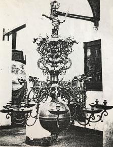 Fig. 12. -Lámpara estilo barroco. Escuela flamenca. Siglo XVII.